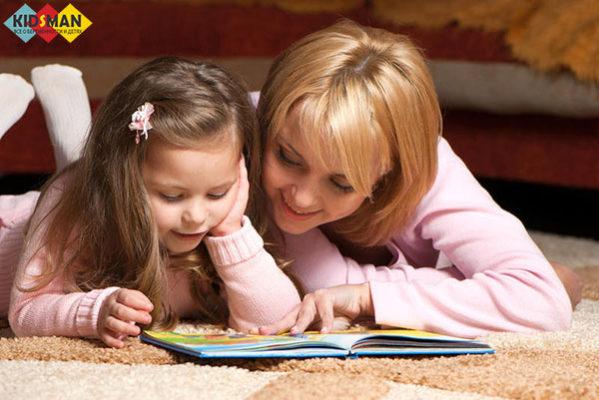 мама учит читать дочу