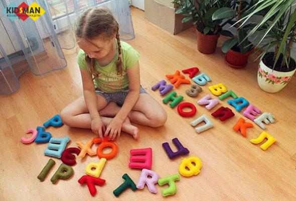 девочка учит алфавит