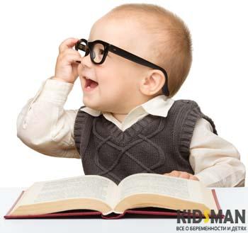 ребено в очках с книгой
