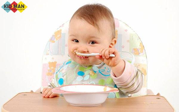 малыш учится есть сам