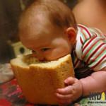ребенок кусает хлеб