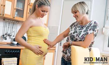 девушка гладит живот беременной