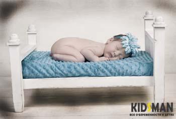 маленький ребенок спит на кроватке