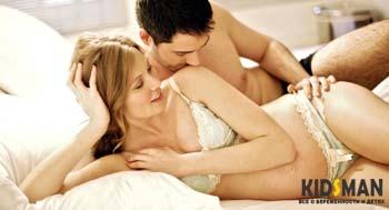 мужчина целует беременную женщину