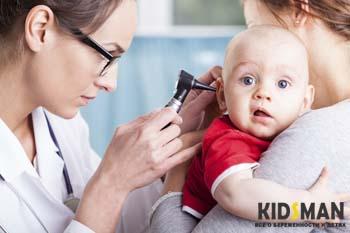 врач проверяет ухо ребенка