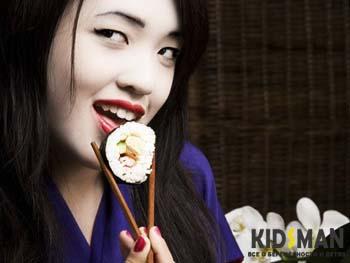 японка ест роллы