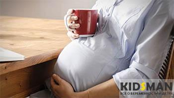 беременная девушка пьет какао