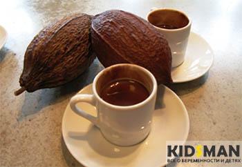 какао бобы и кружки с какао