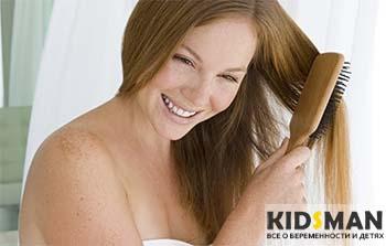 женщина расчесывает волосы