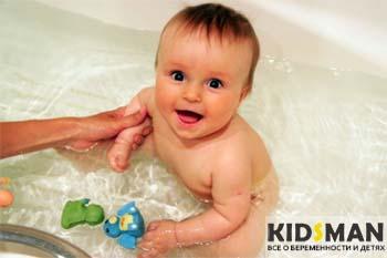 ребенку купают в ванной