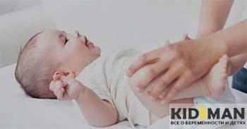 ребенку меняют подгузник
