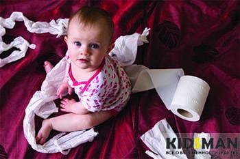 ребенок с туалетной бумагой