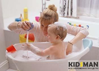 ребенок купается в ваночке