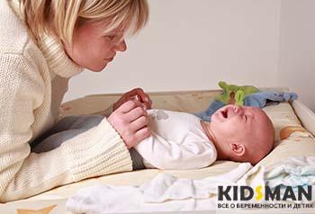 мама держит ребенка за руки