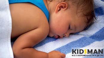 ребенок спит и потеет