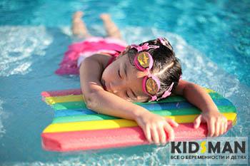 девочка плавает в воде