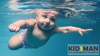 ребенок плывет под водой