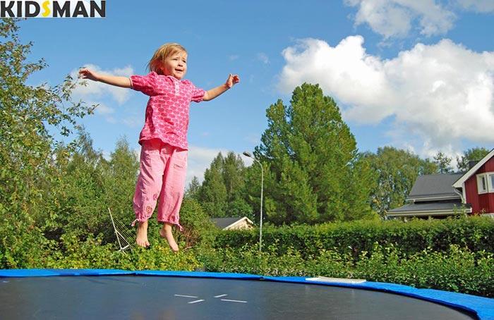 Девочка прыгает на батуте