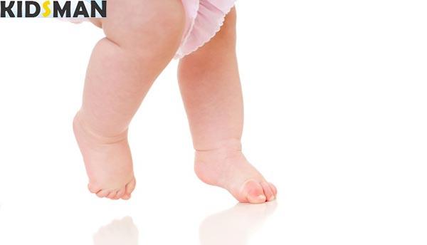 Малыш ходит на носочках
