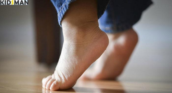 Ребенок ходит на носочках