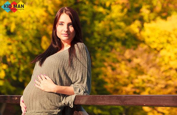 беременная гуляет в парке осенью