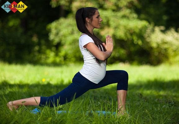 беременная занимается спортом на природе