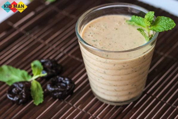 йогурт из чернослива в стакане
