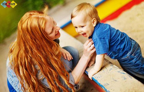 мама с ребенком в песочнице