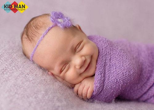 младенец спит под пледом