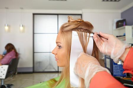 Можно беременным красить волосы
