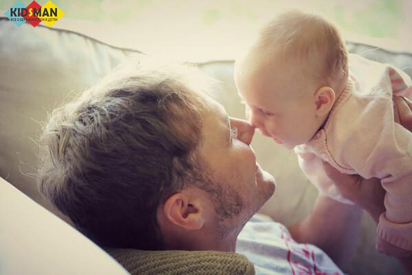 Во сколько месяцев малыш начинает держать голову