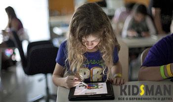 девочка рисует на планшете