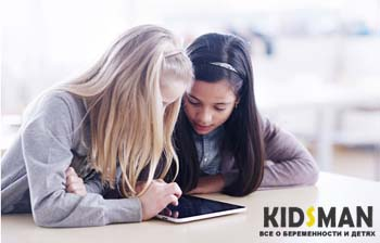 девочки смотрят на планшет