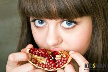 девушка ест гранат