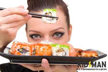 женщина держит суши