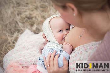 ребенка кормят грудью