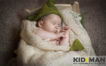 ребенок спит в кроватке