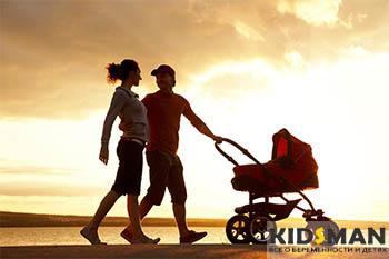 семья гуляет с ребенком в коляске