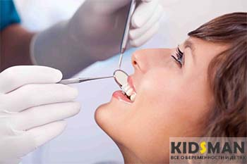 девушке лечат зубы