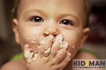 ребенок ест руками пюре