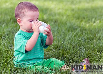 ребенок пьет избанки молоко
