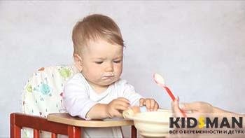 ребенок ест манную кашу