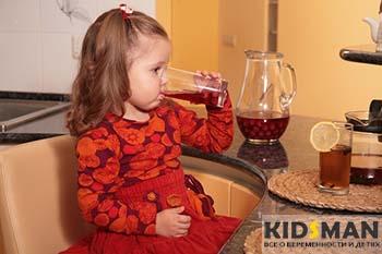ребенок пьет компот из сухофруктов