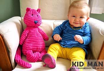 ребенок рядом с игрушкой