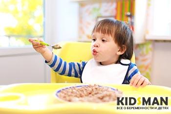 малыш ест гречневую кашу