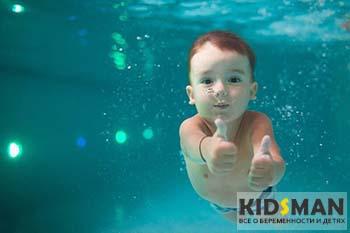 ребенок под водой в бассейне