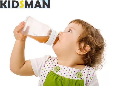 Ребенок пьет компот из чернослива