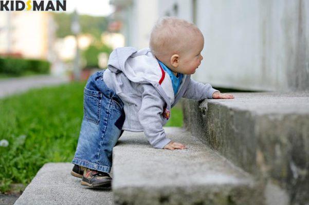 Ребенок поднимается по лестнице фото