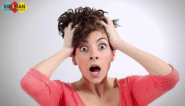 женщина в панике держится за волосы